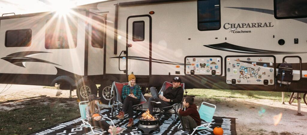 Die Familie sitzen vor ihrem RV Mobile Zuhause