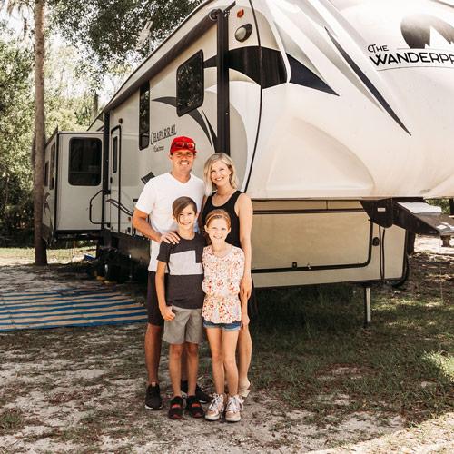 Die Wanderpreneur Familie stehen vor ihre Wohnmobile (RV)