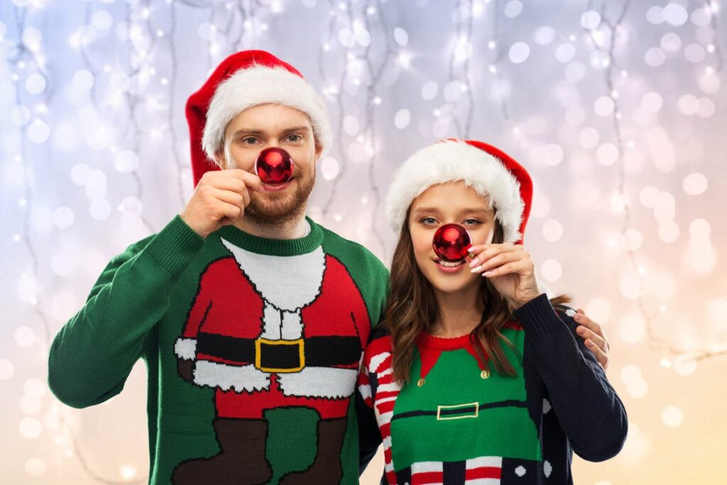 Ein Paar probieren unsere Kugeln Weihnachtsfoto Idee aus
