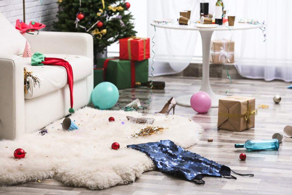 Ein chaotisches Zimmer nach einen Weihnachtsfeier ist ein lustige Ort für eine unserer Weihnachtsfoto-Ideen.