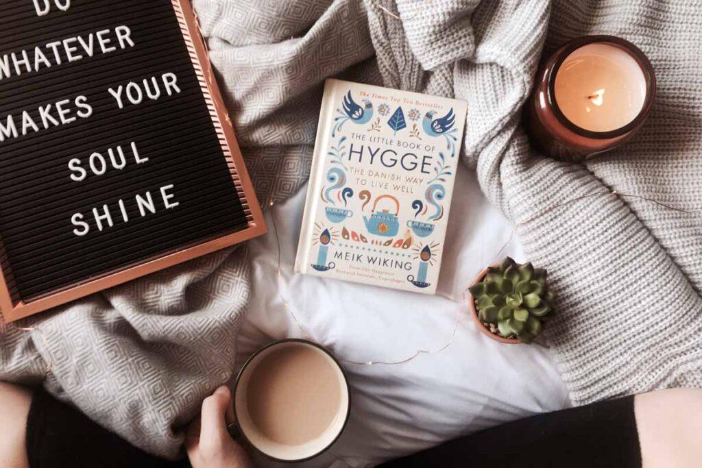 Ein Buche mit dem Wort 'Hygge' darauf - einer unseren schönen Wörter aus anderen Sprachen